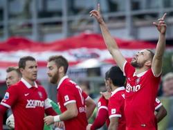Luc Castaignos (r.) is ontzettend blij met zijn gelijkmaker tegen PEC Zwolle. Aan de linkerkant staat het centrale verdedigingsduo Andreas Bjelland en Rasmus Bengtsson. (23-11-2014)