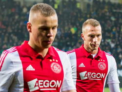 Mike van der Hoorn (r.) en Kolbeinn Sigþórsson druipen teleurgesteld af na het gelijkspel tegen ADO Den Haag. (30-11-2014)