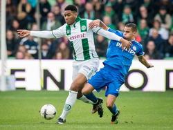 Jafar Arias (l.) maakt tegen PSV zijn debuut in het eerste elftal van FC Groningen. De sterke spits houdt hier Adam Maher van het lijf. (23-11-2014)