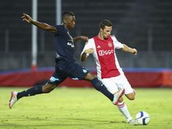 Nick Viergever (r.) legt net op tijd aan om een lange bal naar voren te geven, voordat Dylan Saint-Louis kan onderscheppen tijdens de oefenwedstrijd tussen Ajax en AS Saint-Étienne. (22-07-2015)