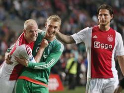 Davy Klaassen (l.), Jasper Cillessen (m.) en Mitchell Dijks (r.) vieren de 3-0 overwinning van Ajax op Willem II. (15-08-2015)