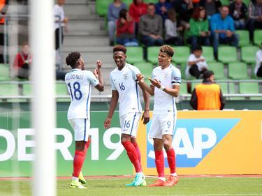 Dominic Solanke (r.) heeft Engeland op gelijke hoogte gebracht tegen Nederland en viert zijn treffer met Ainsley Maitland-Niles (l.) en Reece Oxford (m.). (15-07-2016)