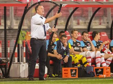 AZ-trainer John van den Brom probeert zijn manschappen aan te sturen in de Europa League-kwalificatiewedstrijd AZ - Vojvodina. (25-08-2016)