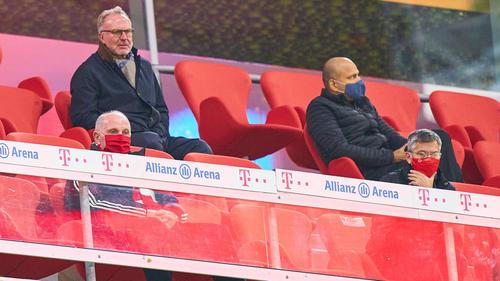 Rummenigge (oben links) und Hoeneß (unten links) verfolgen die Spiele des FC Bayern meist zusammen