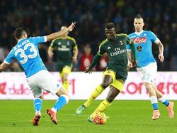 Niang regatea a Raúl Albiol en el partido disputado en Nápoles. (Foto: Pro Shots)