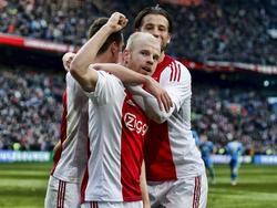 Davy Klaassen (m.) neemt zijn ploeg bij de hand en zorgt ervoor dat Ajax in de eerste helft van het duel met AZ op 2-0 komt. (28-02-2016)