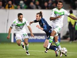 Gareth Bale (ctr.) intenta marcharse de Luiz Gustavo (dcha.) y Ricardo Rodríguez. (Foto: Getty)