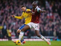 Thomas Vermaelen (l.) in duel met Carlton Cole (r.) tijdens West Ham United - Arsenal. (26-12-2013)