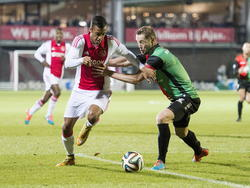 Richairo Živković (l.) probeert zich te ontworstelen van Rens van Eijden (r.) tijdens Jong Ajax - NEC Nijmegen. (24-11-2014).