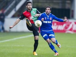 Alireza Jahanbakhsh (l.) en Marco Ospitalieri (r.) vechten een duel uit tijdens het competitieduel NEC Nijmegen - MVV Maastricht. (21-12-2014)