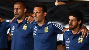 Scaloni (cen.) con sus ayudantes Walter Samuel y Pablo Aimar. (Foto: Getty)