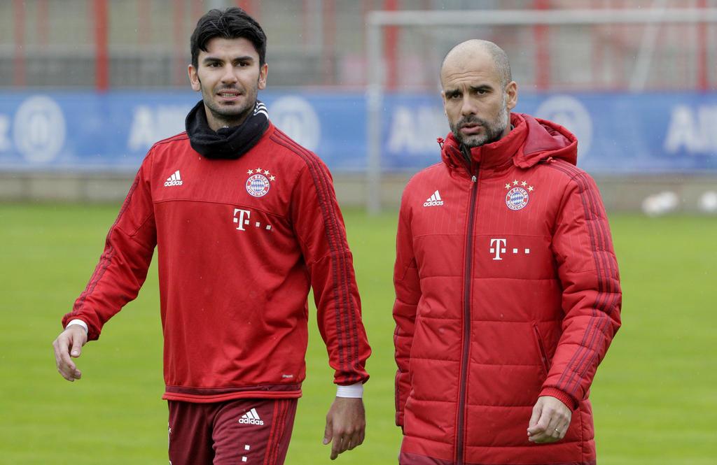 Serdar Tasci (l.) und Pep Guardiola (r.) im Austausch