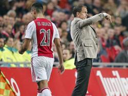 Anwar El Ghazi (l.) kan geen indruk achterlaten in een wedstrijd waarin Ajax zes keer scoort. Tegen Roda JC haalt trainer Frank de Boer zijn rechtsbuiten dan ook naar de kant. (31-10-2015)