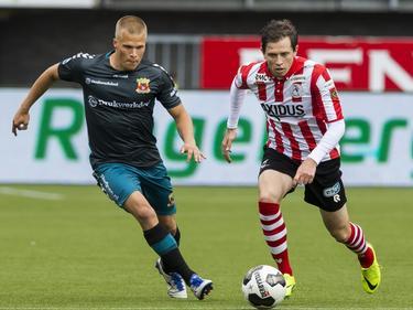Henrik Ojamaa (l.) en Craig Goodwin proberen allebei bij de bal te komen, tijdens de wedstrijd tussen Sparta Rotterdam en Go Ahead Eagles.