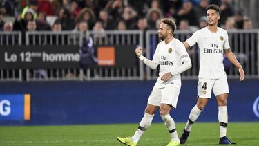Neymar celebra con la afición visitante su diana. (Foto: Getty)