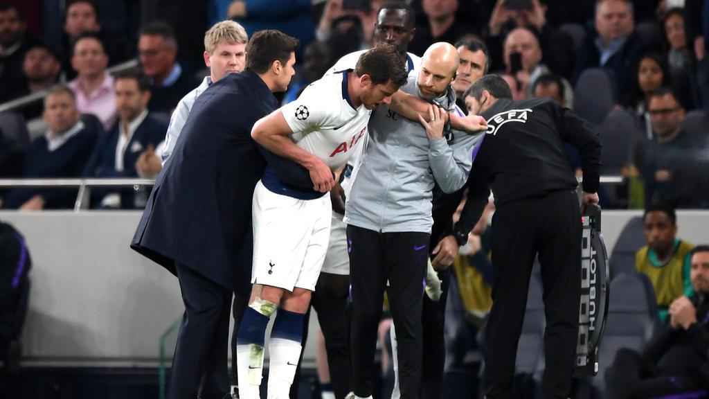 Tottenhams Trainer Mauricio Pochettino (li.) hilft seinem verletzten Spieler Jan Vertonghen vom Platz
