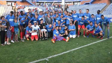 Los jugadores del 'Fuenla' celebran el asenso en Huelva. (Foto: @gonness)