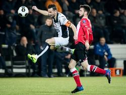 Thomas Bruns (l.) probeert een hoge bal te controleren met Davy Pröpper (r.) in zijn rug. (28-01-2017)