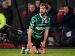 Thomas Verhaar vraagt tijdens de wedstrijd AZ - Sparta Rotterdam om een vrije trap, maar de scheidsrechter laat het spel doorgaan. (21-01-2017)