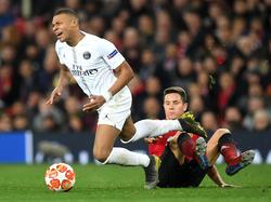Mbappé sufre una entrada en el duelo frente al United de Champions.