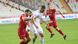 Lukas Podolski (M.)steht bei Antalyaspor unter Vertrag