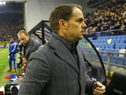 Ajax-trainer Frank de Boer wil zo snel mogelijk het veld van de GelreDome verlaten na afloop van de met 1-0 verloren wedstrijd tegen Vitesse. (01-02-2015)
