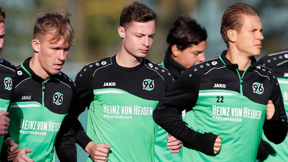 Luca Beckenbauer (M.) trainiert mit den Profis von Hannover 96 (Bildquelle: twitter.com/hannover96)