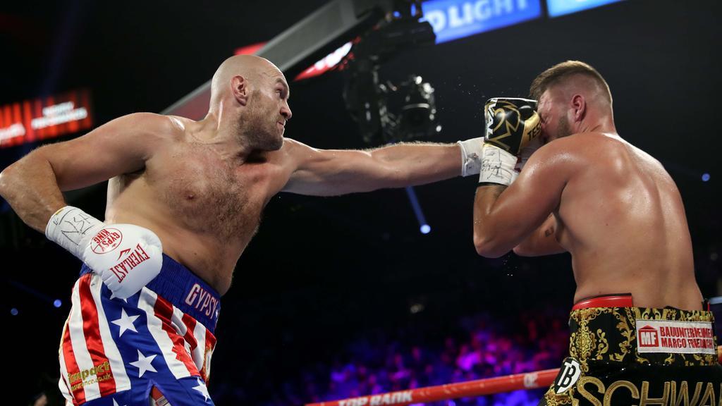 Tyson Fury feiert seinen Sieg über Tom Schwarz