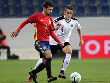 Gayà saca un balón jugado ante la presión de David Steć. (Foto: Getty)