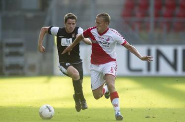 Jens Toornstra in duel met zijn tegenstander tijdens het gelijkspel met Differdange. (25-07-2013)