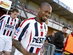 Tijdens de voorbereiding van het seizoen 2009/2010 speelt Willem II een oefenduel met Kozakken Boys. Ibrahim Kargbo loopt hier lachend het veld op. (29-07-2009)