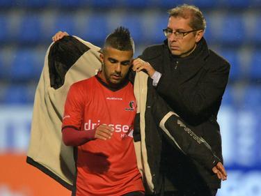 De aanvaller van Helmond Sport wordt naar de kant gehaald en krijgt meteen een dikke jas aangeboden.