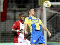 Kenny Anderson (r.) probeert met Luis Pedro in zijn rug een bal te controleren tijdens FC Emmen - RKC Waalwijk. (19-12-2014).