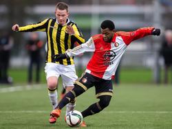 Julian Lelieveld (l.) zet druk op Marlon Slabbekoorn tijdens de wedstrijd tussen Vitesse A1 en Feyenoord A1. (01-12-2015)