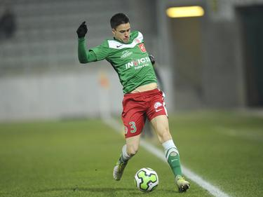 Florian Pinteaux heeft balbezit tijdens het competitieduel Sedan - Guingamp (30-03-2013).