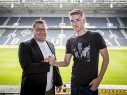 Max Eberl schlägt mit Andreas Poulsen ein (Bildquelle: Twitter @borussia)