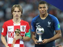 Modrić y Mbappé posan con sus trofeos. (Foto: Getty)