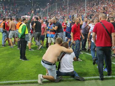 Die euphorischen Belgrad-Fans stürmten nach Abpfiff den Platz