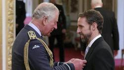 PrinzCharles (l.) verleiht England-Coach Gareth Southgate den Ritterorden