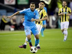 Navarone Foor (r.) moet Brandley Kuwas (l.) laten lopen in het duel Vitesse - Heracles Almelo. (06-11-2016)