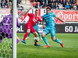 Eric Botteghin (r.) zet zijn voet tegen de bal, maar weet de bal niet achter Nick Marsman (l.) te werken. Fredrik Jensen (m.) kijkt toe. (05-02-2017)