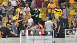 Toni Leistner (Mitte) im Fanblock von Dynamo Dresden