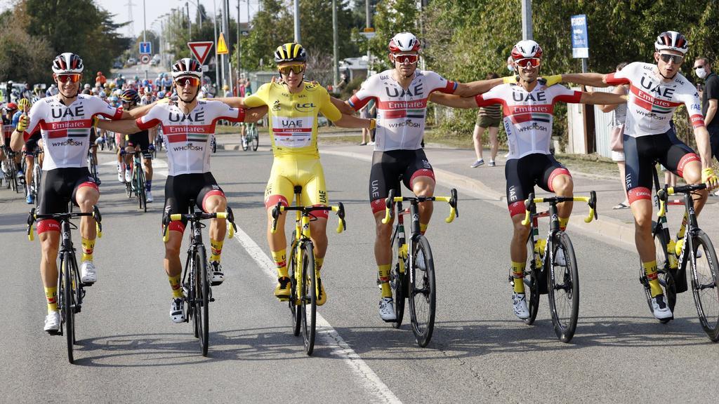 Tadej Pogacar (3.v.l.) sicherte sich den Gesamtsieg bei der Tour de France