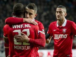 Youness Mokhtar (m.) springt Kamohelo Mokotjo (l.) in de armen nadat hij FC Twente op voorsprong heeft gezet tegen Willem II. Hakim Ziyech (r.) komt het feestje meevieren. (21-12-2014)