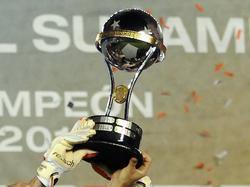 Den Pokal der Copa Sudamericana durfte im Jahr 2014 der argentinische Vertreter River Plate in die Höhe recken. (10.12.2014)
