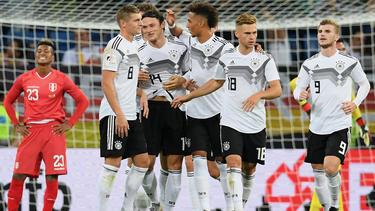 Nico Schulz lässt sich nach dem Siegtreffer von den Kollegen feiern