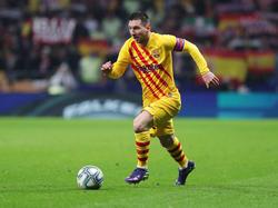 Messi conduce la pelota en el Metropolitano.