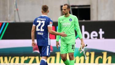 KSC-Torwart Marius Gersbeck (r.) verpasst nur ein Spiel