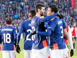 Een Zuid-Amerikaans feestje wanneer Héctor Moreno (r.) PSV op een voorsprong heeft gezet in de wedstrijd tegen Feyenoord. Hij viert het samen met Gastón Pereiro (l.). (17-01-2016)