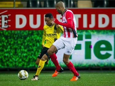 Simon Poulsen (r.) zit er in zijn tweede wedstrijd in de Jupiler League kort op bij Leandro Resida. (22-01-2016)